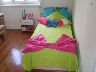 Quarto individual com cama de solteiro em casa com 3 quartos