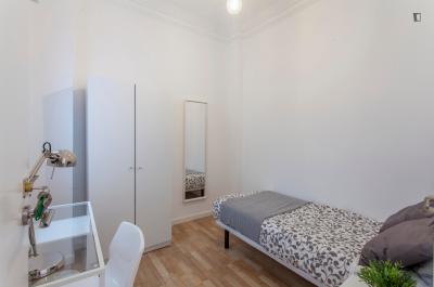 Snug single bedroom in a 5-bedroom flat, in Albors