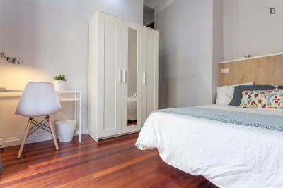 Snug double bedroom near Plaça de la Mare de Déu