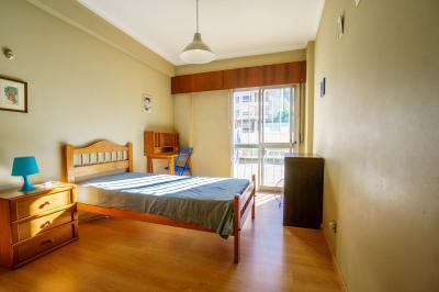 Bright single bedroom in residential Algés