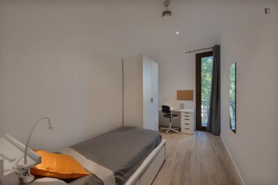 Quarto com cama de solteiro, com varanda, em apartamento com 8 quartos