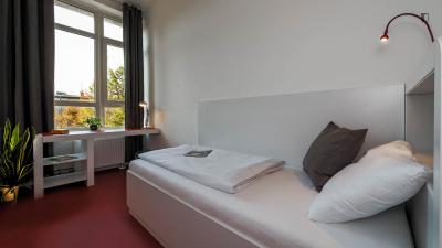 Single bedroom, with private Shared bathroom/ Kitchen, in 2-bedroom apartment