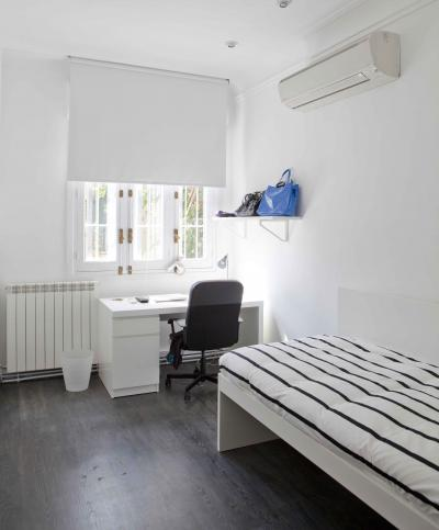 Large twin bedroom with an ensuite bathroom, in the Chamartín district