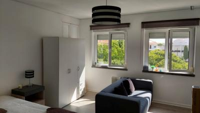 Large double bedroom in Oeiras