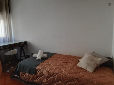 Homely single bedroom near the Jardim do Morro metro