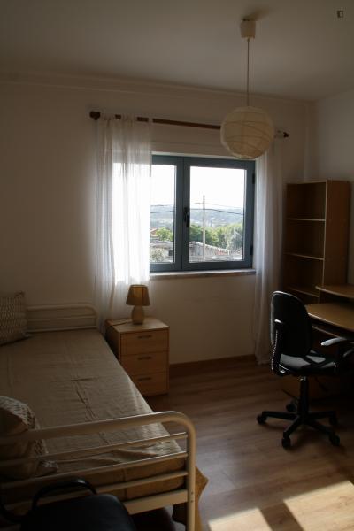 Cool single bedroom in Caparica, near Escola Superior Egas Moniz