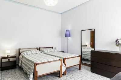 Bright twin bedroom near Parco San Donato