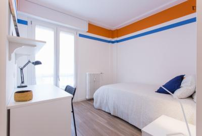 Cozy single bedroom in a 3-bedroom apartment in Lorenteggio