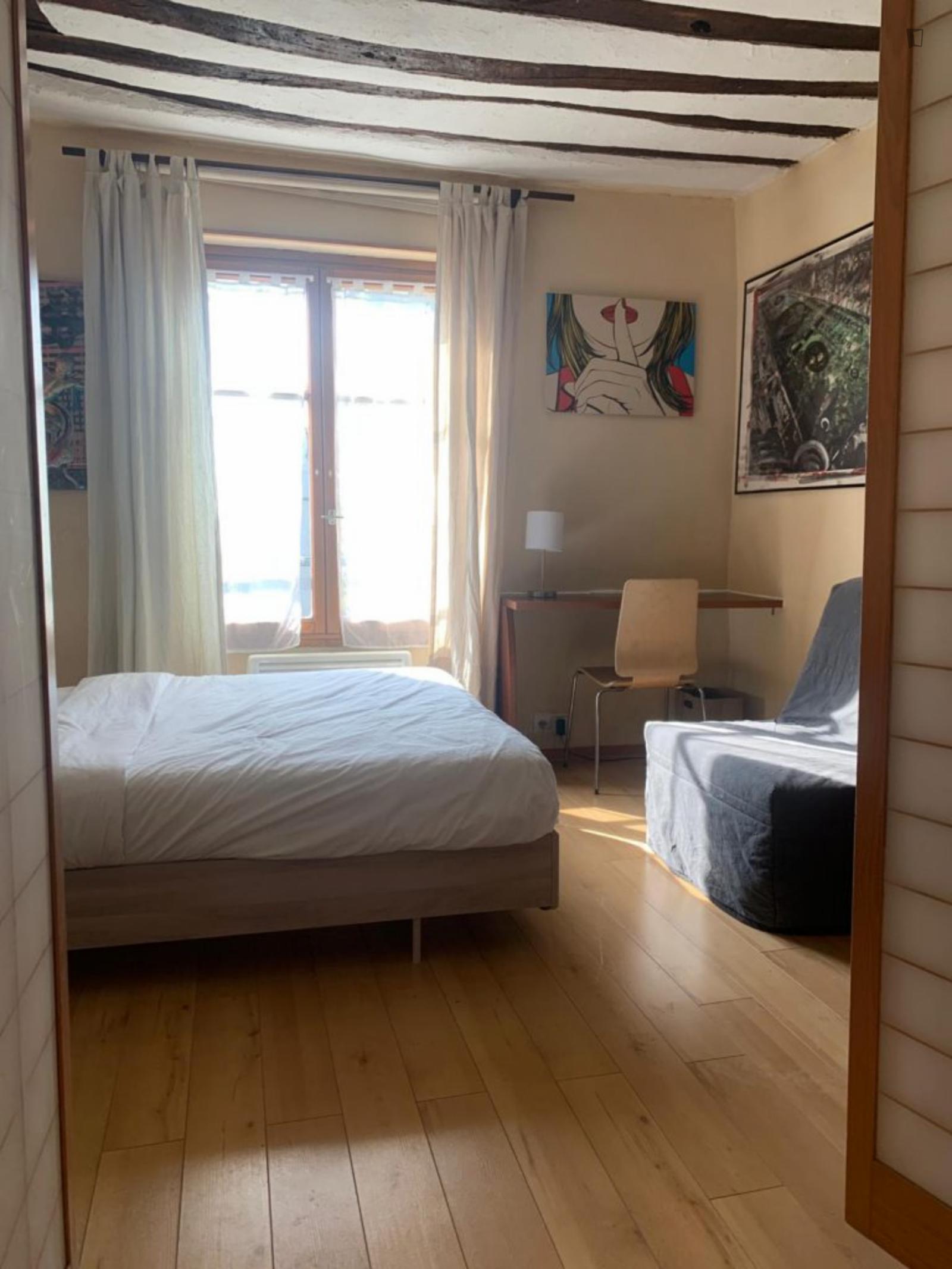 24 Rue Réaumur, 3rd arrondissement of Paris, FR-75 - 1,350 EUR/ month