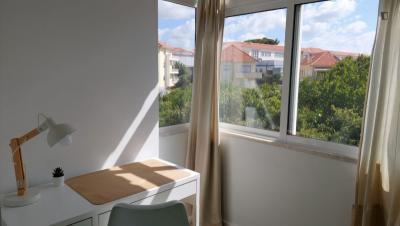 Spacious double bedroom close to Carcavelos