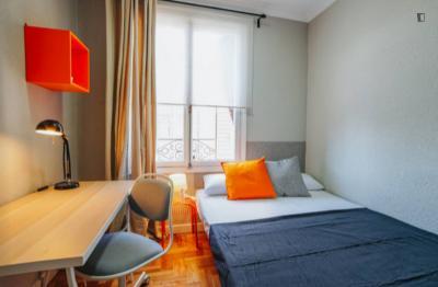 Restful single bedroom in Gaztambide