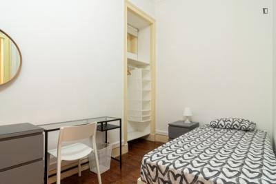 Einbettzimmer in 11-Schlafzimmer Wohnung