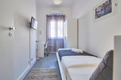 Delightful single bedroom in a student flat, in Picoas
