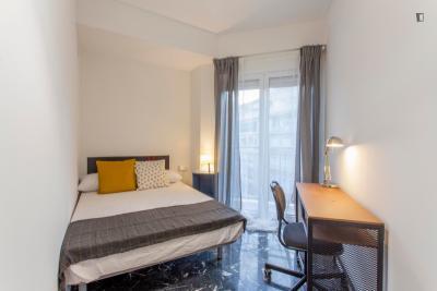 Quarto com cama de casal, com varanda, em apartamento com 8 quartos