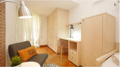 Single bedroom in a 4-bedroom apartment near Jardins de Mercè Rodoreda