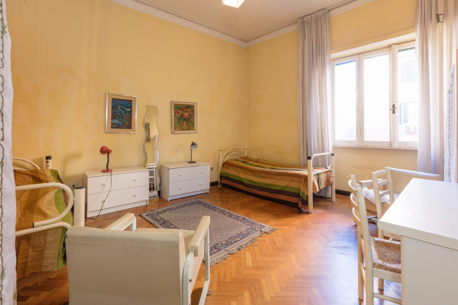 Via Fratelli Ruspoli, Rome, ME - 300 USD/ month