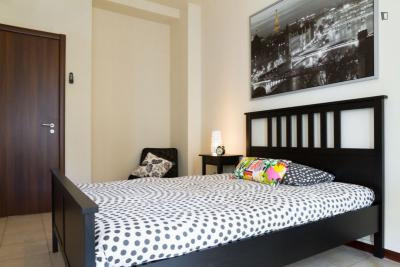 Modern double bedroom in a 4-bedroom apartment near Gambara metro station