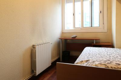 Humble single bedroom not far from Torras i Bages metro station