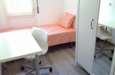 Comfy single bedroom in a 4-bedroom flat, in Sant Andreu