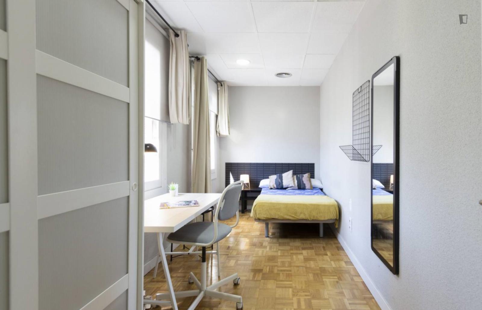 Einbettzimmer in 16-Schlafzimmer Wohnung