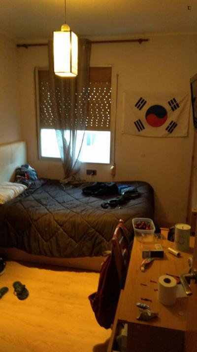 Neat double bedroom close to Bac de Roda metro station