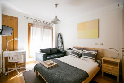 Compelling double bedroom with private bathroom in Campo de Ourique