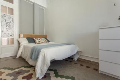 Bright double bedroom in Russafa