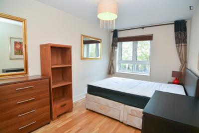 Nice double bedroom in a 3-bedroom apartment