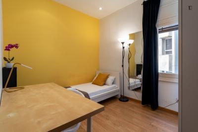 Simple single bedroom in a 9-bedroom flat in Almagro