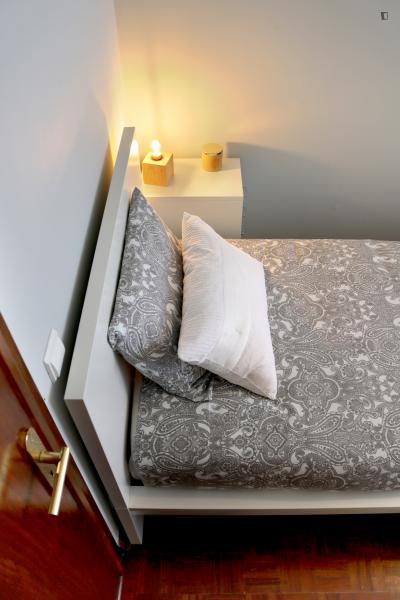 Spacious single bedroom near the metro