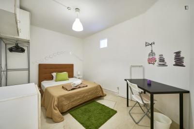Quarto com cama de casal em apartamento com 20 quartos