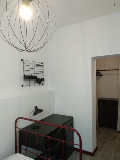 Snug single bedroom in Paranhos