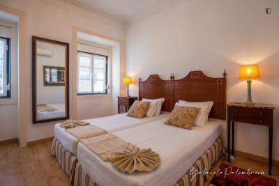 Twin ensuite bedroom near Jardim da Estrela
