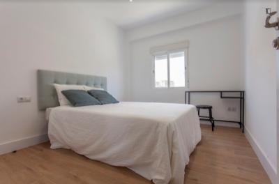 Cool double bedroom in a 5-bedroom apartment near València-Cabanyal train station