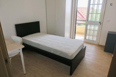 Welcoming single bedroom in Linda-a-Velha