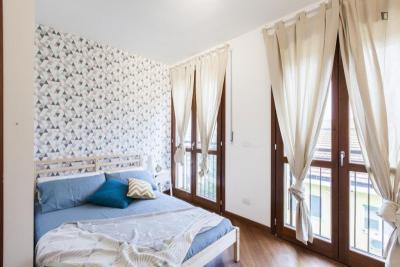 Stanza matrimoniale, con un balcone, in un appartamento di 9 stanze
