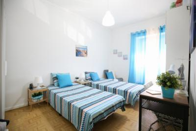 Single in multiple beds bedroom in 3-bedroom apartment close to ISLA