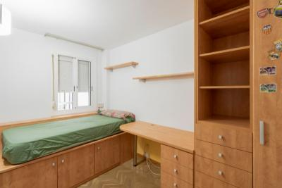 Single room in a flat with swimming pool, in Les Corts