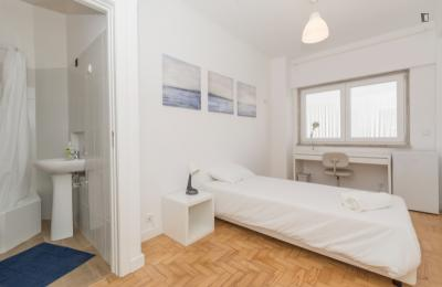 Student friendly single ensuite bedroom in Campolide