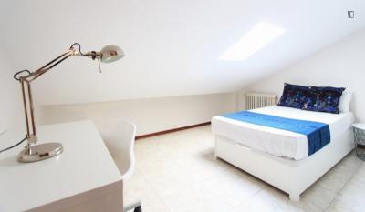 Restful double bedroom in La Guindalera