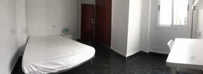 Quarto com cama de casal em apartamento com 7 quartos