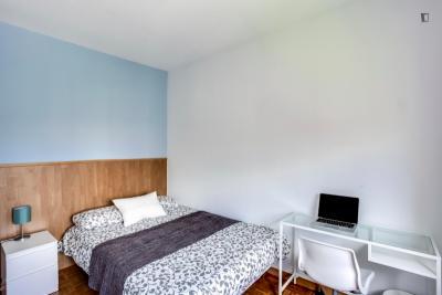 Quarto com cama de casal em apartamento com 8 quartos