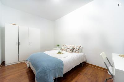 Spacious double bedroom in 8-bedroom flat close to Parque de Atenas