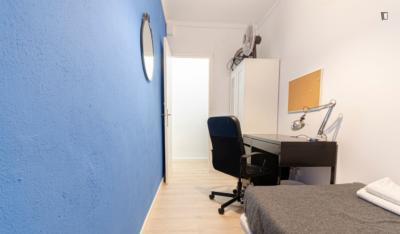 Cozy single bedroom in a 5-bedroom apartment near Parc del Mirador del Poble Sec