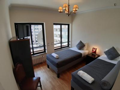 Neat twin bedroom with private bathroom in Sete Rios