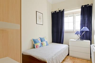 Pleasant single bedroom in a 5-bedroom apartment, in Alvalade