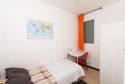 Single bedroom in a 4-bedroom apartment located in La Marina de Port