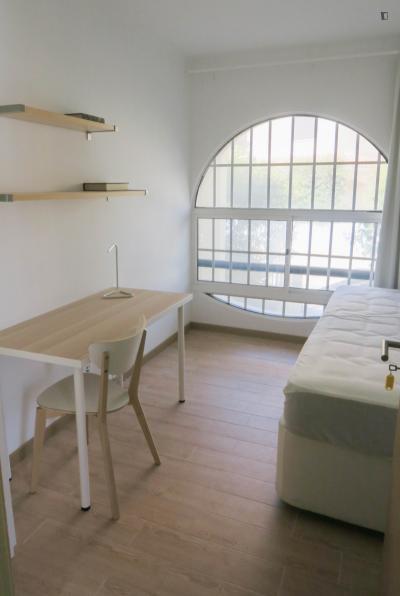 Very homely single bedroom in Linda-a-Velha