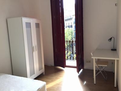Double bedroom in a 8-bedroom apartment close to the Jardins de la Torre de les Aigües