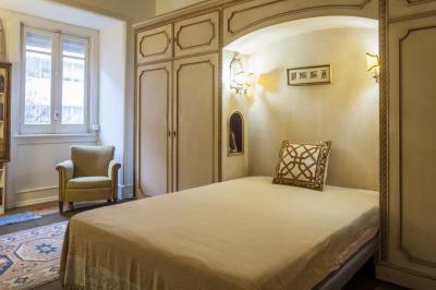 Snug double bedroom close to Marquês de Pombal metro station